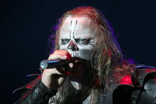 Explication des techniques de headbanging avant un concert de Dark Funeral